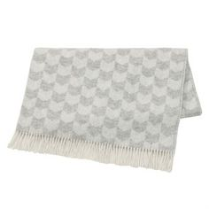 This fine Knit throw by the Swedish brand Nordic Nest is made of high quality lambs wool with decorative fringes. The throw has a lovely pattern which is a tribute to the Nordic needlework and the traditional stockinettestich. The throw is perfect to lay on your couch as a both decorative and warming detail! Choose from different colors.