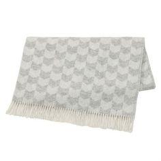 Dit fijne Knit plaid van het Zweedse merk Nordic Nest is gemaakt van hoge kwaliteit lamswol met decoratieve franjes. De wollen deken heeft een mooi patroon, dat een eerbetoon is aan de Nordic handwerken en de traditionele stockinettestich. Een perfect decoratief én warm detail voor uw interieur! Keuze uit verschillende kleuren.
