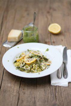 Pasta mit Rucola-Walnuss-Pesto, gebackenem grünem Spargel, Zitrone und gegrillter Zucchini + Zeitmanagement – Dreierlei Liebelei