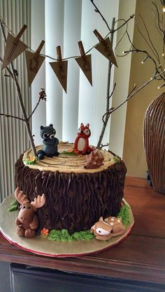 Woodland Animals Tree stump made with chocolate buttercream Fondant woodland critters moose raccoon fox hedgehog Pennant string. Tortas Baby Shower Niña, Baby Shower Cakes, Tree Stump Cake, Tree Stumps, Buttercream Fondant, Chocolate Buttercream, Chocolate Fondant, Woodland Theme Cake, Baby Shower Tree