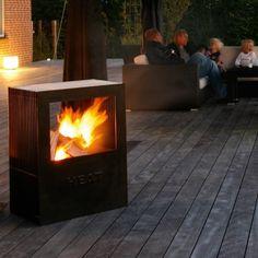 De HEAT firepit is een design tuinhaard en houtskool barbecue in één. Met ruim kookoppervlak van 62 x 44,5 cm en een roestvaststaal grillrooster. Voor urenlang gezelligheid in de tuin!