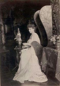 Regina Maria cu fuiorul de lână... Michael I Of Romania, Romanian Royal Family, Victorian Life, Central And Eastern Europe, Kaiser, Ferdinand, Diy Arts And Crafts, Queen Victoria, Emperor