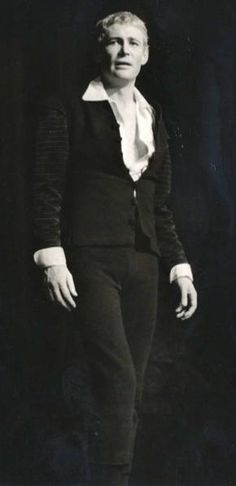 Peter O'Toole as Hamlet in the premiere production of the Royal National Theatre in 1963 directed by Laurence Olivier