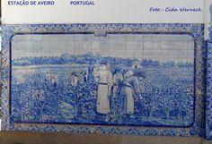 Aveiro, Portugal.. A estação de comboios é toda decorada por painéis em azulejos na tradicional combinação azul/branco. Tanto na parte externa como na interior,área das plataformas. É linda. Aqui um dos vários painéis que retratam cenas portuguesas. Foto : Cida Werneck