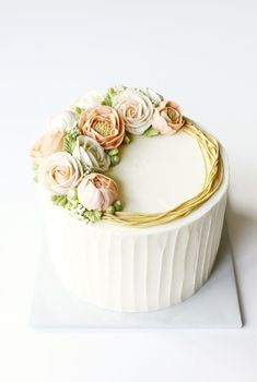 Piped Buttercream Flowers by Liz Shim Erin Gardner Craftsy tips for Buttercream decorations Gorgeous Cakes, Pretty Cakes, Cute Cakes, Amazing Cakes, Flores Buttercream, Buttercream Flower Cake, Piping Buttercream, Buttercream Cake Decorating, Buttercream Cake Designs