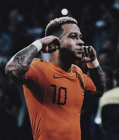 Image may contain: 2 people, outdoor English Football League, Football Soccer, Depay Memphis, Cool Football Pictures, Soccer Art, Football Wallpaper, Chelsea Fc, Cristiano Ronaldo, Football Players