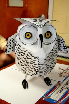 Snowy Owl made of recycled materials. The post also includes photos of lots of other ideas for making animals from recyclables. Family project idea for Earth Day? Recycled Art Projects, Recycled Crafts, Recycled Materials, Projects For Kids, Crafts For Kids, School Projects, Milk Jug Projects, Milk Jug Crafts, Plastic Jugs