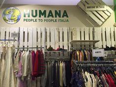 Il #charity shop HUMANA #Vintage di #Milano di via Cappellari 3 (vicino al Duomo) è stato riaperto ieri, dopo il restyling che lo ha trasformato in un ambiente ancora più accogliente, #fashion e… sostenibile!  #vintageshop #shopping #humanaitalia