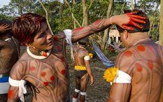 Jovens da etnia Kamayurá, da aldeia Waura, situada no município Gaúcha do Norte, em Mato Grosso, pintam seus corpos com pasta vermelha de urucum. Haroldo Castro