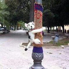 "Lamp post hugging to bring a smile ""Murr the cat"" by Margherita Atzori Guerrilla Knitting and bombing - Yarn Bombing -Pamela #yarnbomb #graffiti #crochetersanonymous.com"