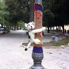 "Lamp post hugging to bring a smile ""Murr the cat"" by Margherita Atzori Guerrilla Knitting and bombing - Yarn Bombing -Pamela #yarnbomb #graffiti #crochetersanonymous.com"