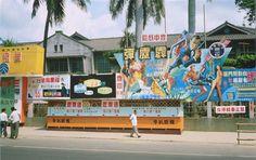 台灣在 1966 年上映 007 電影《霹靂彈(Thunderball)》。該電影是龐德系列電影第4集,國外在 1965 年上映,台灣只慢了一年。當年的海報真是充滿動感。