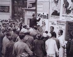 Meinl prägte mit seinen kunstvollen Verpackungen und Plakaten auch das Bild der Stadt. Das Foto aus 1931 zeigt den Maler und Illustrator Otto Exinger bei einer öffentlich aufgeführten Plakatgestaltung. Old Pictures, Vienna, Old World, Austria, Illustrator, History, Fictional Characters, Vintage, Remember This