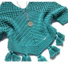 Bata boho em crochê Crochet Poncho Patterns, Crochet Cardigan, Crochet Shawl, Crochet Stitches, Knit Crochet, Hippie Crochet, Crochet Woman, Crochet Fashion, Boho
