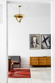 How to add colour to a white apartment. Mid century style apartment by Loft Kolasiński photo by Karolina Bąk - Hege in France How to add colour to a white apartment. Mid century style apartment by Loft Kolasiński photo by Karolina Bąk - Hege in France Minimal Apartment, White Apartment, Living Room Inspiration, Interior Inspiration, Style Inspiration, Style At Home, Living Room Interior, Living Room Decor, Living Room Designs