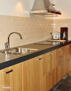 Onze gloednieuwe keuken, met vaatwasser, inductiekookplaat, afzuigkap.Koelkast, combi-magnetron en ook alle kleinere zaken die je in een keuken nodig kan hebben.