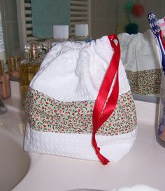 A faire: en plus j'ai le tissu Diy Bags Purses, Diy Purse, Baby Couture, Couture Sewing, Diy Sac, Diy Backpack, Diy Wallet, Sewing Kit, Loom Knitting