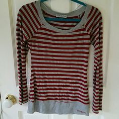 GUESS Jeans metalic grey-red striped top, size M Preloved GUESS Jeans top in red-grey stripes, grey stripes have metalic fibers in them. Really beautiful on. Great condition, no snags, no pilings, no holes, no stains. Size Medium but fits more like Small Guess Tops Tees - Long Sleeve