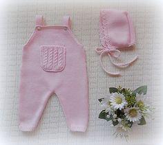 Jardineiras lisas com bolso às tranças no peito e alças com botão.  Ref: JD27  Veja aqui o catálogo de cores.