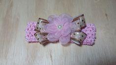 Para sua princesa ficar ainda mais bonita, linda faixa de cabelo, de crochê om elastano rosa. Laço de poá marron e rosa, com flor de organza cristal no centro.