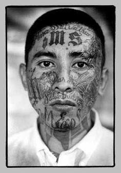 jeugdbendes in san Salvador Facial Tattoos, Body Art Tattoos, Tribal Face Paints, Criminal Tattoo, Tattoos For Guys Badass, Real Tattoo, Look Into My Eyes, Tattoo Flash Art, Chicano Art
