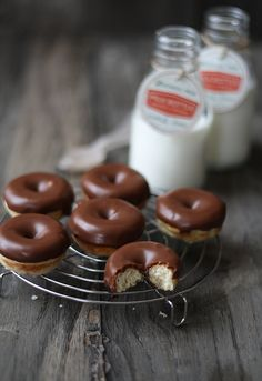 DONUTS    http://www.larecetadelafelicidad.com/2012/04/mini-donuts-chocolate-doughnuts.html
