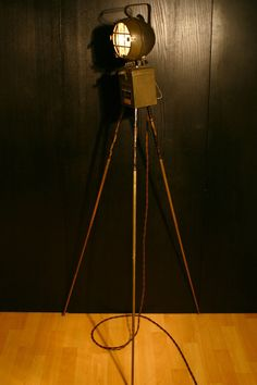 OLD TRIPOD SEARCH LAMP/INDUSTRIAL RETRO VINTAGE FLOOR LAMP