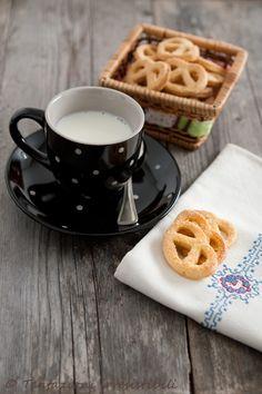 Tentazioni irresistibili: Biscotti 250 gr di farina 75 ml di miele di acacia 75 gr di burro a temperatura ambiente 1 uovo 50 ml  di latte zucchero di canna per decorare