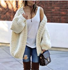 chunky knit cardigan and white cami Street Look, Street Style, Chunky Knit Cardigan, Mohair Sweater, Knitwear Fashion, Knit Fashion, Streetwear, Cardigan Outfits, Pullover