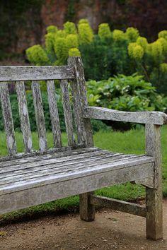 Antike Holzbank aus einem faszinierenden englischen Garten - gefunden auf www.country-garden.de