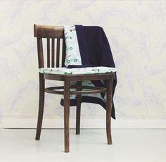 Dwustronny, bardzo delikatny kocyk, z jednej strony mięciutki wafel, z drugiej wzorzysta tkanina bawełniana wysokiej jakości. Wszystko dobrane tak, aby całość tworzyła piękną i spójną kompozycję. Dining Chairs, Handmade, Furniture, Home Decor, Hand Made, Decoration Home, Room Decor, Dining Chair, Craft