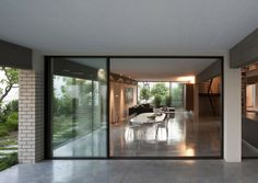Image 8 of 17 from gallery of The Rechter House / Pitsou Kedem Architects. Photograph by Amit Geron Pitsou Kedem, Storey Homes, Tel Aviv, Interior Design Inspiration, Building Design, Mid-century Modern, Modern Houses, Interior Decorating, Mid Century