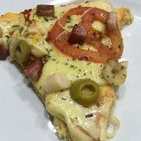 Pizza Low Carb (massa de frango) Receita • Bata no liquidificador 3 ovos, 1 xícara de frango cozido desfiado (e temperado), 3 colheres de sopa de azeite, 2 colheres de sopa de farinha de castanha de caju e no final acrescente 1 colher de sobremesa de fermento em pó ⠀ • Coloque a massa em uma forma untada com azeite ⠀ • Forno preaquecido a 180 graus por 10 minutos ⠀ • Ponha a cobertura de sua preferência (usei molho de tomate, muçarela , tomate, cebola, palmito, azeitona e bacon artesanal) ⠀…