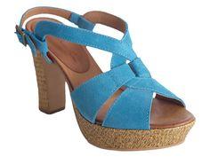 Sandalia con plataforma en azul para lucir tu moreno de forma espectacular.