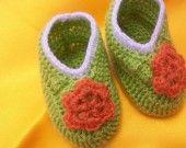 petits chaussons bébé fille décorée avec une fleur : Mode Bébé par louloucrochet