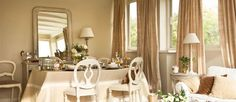 """Alicia tenía esta zona de su casa apenas sin decorar, con unos cuantos muebles de exterior y una mesa adosada a la pared. """"Pero me apetecía tener un comedor en toda regla."""