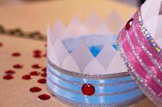 Réalisez une couronne originale pour les petites princesses et les petites princes !       Matériels:         Papier cartonné coloré       Confettis en forme de cœur ou papi