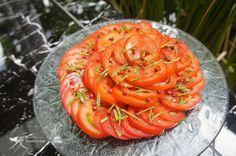 Carpaccio de tomates aux baies roses.  Une recette végétalienne.