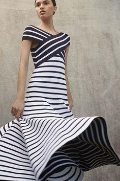 Платье от Carolina Herrera в модный принт полоску - коллекция Resort 2018