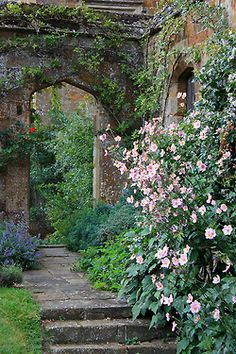 little-secret-garden:     Broughton Castle is a medieval manor house in the village of Broughton, about two miles south-west of Banbury in Oxfordshire.