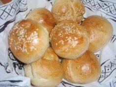 Das perfekte Brot: BRÖTCHEN-Rezept mit Bild und einfacher Schritt-für-Schritt-Anleitung: Lauwarmes Wasser abmessen und Honig darin auflösen. Die Hefe…