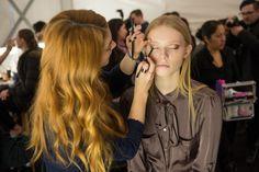 A Maquilhadora Global AVON Lauren Andersen nos bastidores do desfile de Dennis Basso outono/inverno 2015 na New York Fashion Week usando Avon Glimmesticks Delineador para Olhos no tom Cosmic Brown. #AVON #NYFW #Maquilhagem #MaquilhagemAVON #AVONPortugal