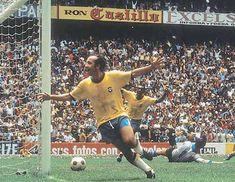 Tostão e Pelé comemoram o gol feito por Carlos Alberto.