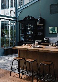 Mooie combinatie, licht hout - donkere muren