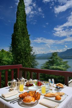 Petit déjeuner en terrasse à lHôtel Ombremont - Le Bourget-du-Lac - Savoie Breakfast In Bed, Morning Breakfast, Perfect Breakfast, Good Morning, Beautiful Morning, Beautiful World, Beautiful Places, Brunch Buffet, Outdoor Dining
