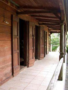 Maison coloniale architecture en bois pinterest for Maison coloniale en bois