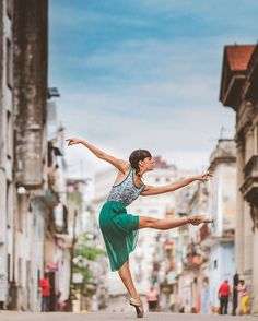 Ballet Dancers in The Streets of Cuba – Fubiz Media