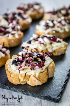 The croutons with treviso radicchio and gorgonzola are an autumnal appetizer . - The croutons with Treviso chicory and gorgonzola are a simple and tasty autumn appetizer. Antipasto, Tapas, Crostini, Bruschetta, Appetizer Recipes, Appetizers, Gluten Free Puff Pastry, Clean Eating Snacks, Food Inspiration