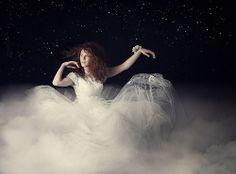 La Dame Blanche, femme éther, à la poursuite des voyageurs Fairy Tales, My Photos, Religion, Romance, Sky, History, Concert, Wayfarer, Cloud
