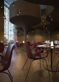 Twister, um restaurante que encanta: No piso térreo do restaurante as mesas dispostas de maneira aleatória dão um ar de casualidade.